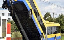 Děsivá nehoda v Otrokovicích: Trolejbus vzlétl! 5 těžce zraněných!
