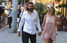 Když Jágr a Veronika kráčí Prahou... Zírá celá ulice!