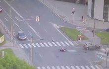 Motorkář bez papírů a SPZ: Jel na červenou a čelně se srazil!