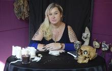 """Ilona Golovleva (47) se věnuje léčivé síle drahých kamenů i peruánských bylin a říká: """"Jsem profesionální čarodějnice!"""""""