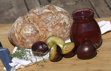 Vaříme cvalem s Michalem: Šéfkuchař vymyslel, jak zpracovat přebytek švestek, a připravil švestkové čatní!