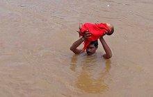 Táta hledal při záplavách pomoc pro dceru: Dvě hodiny šel s miminkem nad hlavou!