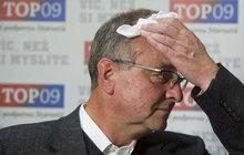 Jeden ze zakladatelů TOP 09 a současný předseda poslaneckého klubu této strany Miroslav Kalousek (57) skončil ve vojenské nemocnici. Podle informací Blesk Zpráv prodělal kvůli krvácení akutní operaci břicha.