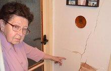 Praskla jí zeď: 13 let platí pojistku, teď jí nic nedají!