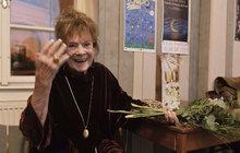 ŽENA TÝDNE: Vlasta Chramostová oslavila 90. narozeniny a i s hůlkou je z ní stále kočka!