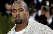 »Hogo fogo« rapper Kanye West: Obří auto, ale... Malé pantofle!