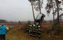 Auto s ženou (29) a dítětem (8) viselo na stromě!