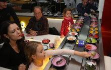 Netradiční večeře u Jandů: Holky vzal na sushi!