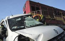 Vlak tlačil dodávku 800 metrů, řidič nepřežil!