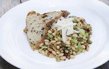 Vaříme cvalem s Michalem: Šéfkuchař připravil novoroční pokrm - teplý luštěninový salát!