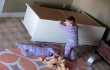 Tohle vás rozpláče: Dvouletý silák si zachránil dvojče!