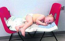 Skandál na pohotovosti - batole nechali 5 hodin na židlích v čekárně!