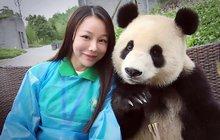 Pandí mládě ochotně pózuje s turisty: To selfičko mi pak hoď na Facebook!