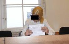 Dceru hodila do kontejneru ... u soudu s parukou!