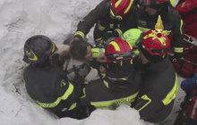 Lavinou zasypaný italský hotel:  Nejméně 8 lidí přežilo 40 hodin pod sněhem!