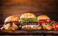 Víkendové grilování: Tajemství správného burgeru