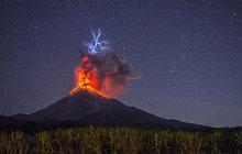Tohle není bouřka... Sopka chrlí blesky!