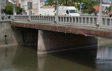 Sebevrah skočil z mostu! Do řeky se ale netrefil...