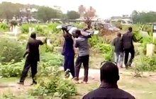 Šokující video z pohřbu v Ghaně: Ukradli nebožtíka!