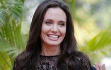 Angelina Jolie v dokumentu pilotuje letadlo: Je něco, co neumí?