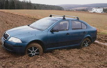 S ukradeným autem skončil v bahně!