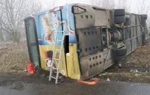 Převrátil bus na bok a zranil 35 školáků! Místo 60 km/h jel 98...