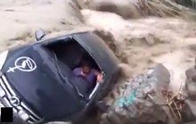 Dramatické snímky z Peru: Pohřebák »pohřbila« rozvodněná řeka!
