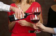 Víno jako lék užívali už staří Egypťané i Řekové. Hippokrates ho doporučoval ke snížení teploty, Homér k dezinfekci ran. Opravdu prospívá zdraví? Aha! vám nabídne osm důvodů, proč si dát s klidným srdcem skleničku.