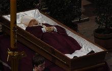 Lidé se na Pražském hradě rozloučili s kardinálem Miloslavem Vlkem (†84): Pohlédli mu do tváře!