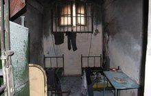 Vězeň podpálil svou celu: Zapálil matrace!