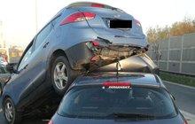 Jedno auto najelo na druhé: Hyundai zválcoval nebohého peugeota!