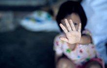 Chudák ženská! 7 hodin jí znásilňovali před vlastním děckem