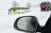 Napadlo 60 cm sněhu: Kamiony i autobus skončily ve škarpě!