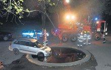 Řidička zaparkovala škodovku do kašny!