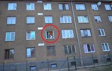 Hrůza v Jirkově: Muž vyhodil ženu z okna!