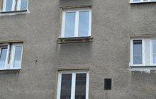 Z okna visel vysílený chlap: Opilý zapomněl, že je ve 3. patře!