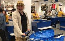 Miliardář Gottschalk nakupuje v IKEA: Chce si z modré tašky vyrobit toto...?