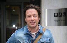 Vaří podle něj miliony lidí po celém světě. V televizi je šéfkuchař Jamie Oliver (43) celebritou první jakosti. Teď se navíc stal v Británii opravdovým hrdinou: když se mu do domu snažil vloupat agresivní zloděj, pronásledoval ho až na ulici, kde ho složil k zemi jako zkušený rváč.