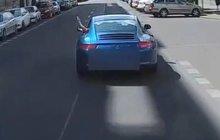 Šílenec v Porsche vybržďoval hasiče!