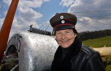Radka Máchová je hvězdou naší letecké akrobacie: Pilotuje i ve svých 68 letech!
