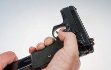 Šílený důchodce (74) řešil spory jak na divokém Západě: Střílel po sousedech z pistole a zkolaboval!