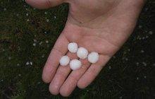Oblohu nad Českem rozřízlo 20 000 blesků: Nasněžilo? Ne, padaly kroupy!
