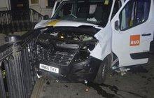 Útočníci si chtěli půjčit 7tunový náklaďák a nože koupili v akci!