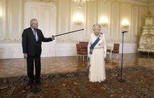 Nouzové signály: Královna Alžběta II. se může »zbavit« Zemana zmáčknutím tlačítka!