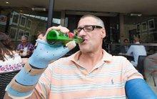 Chuligán se postavil teroristů a teď dostane pivo!