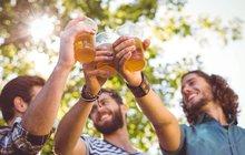 Orosený půllitr piva patří v těchto tropických dnech k nejlepšímu osvěžení – zahání žízeň, dodává minerální látky. A Čechům chutná! Bez nadsázky národní nápoj se ale rodí v extrémních podmínkách – v šíleném vedru a také pořádné zimě.