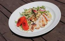 Vaříme cvalem s Michalem: Šéfkuchař připravil těstovinový salát s kuřecím masem, který zachutná dětem i dospělým!