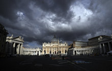 Skandál na vrcholu Vatikánu: Kardinál úchyl!