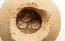 Poklad z 11. století: Lahev ukrývala 1341 mincí!