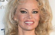 Pamela Anderson: Kabát místo plavek, stejně »něco« vykouklo!